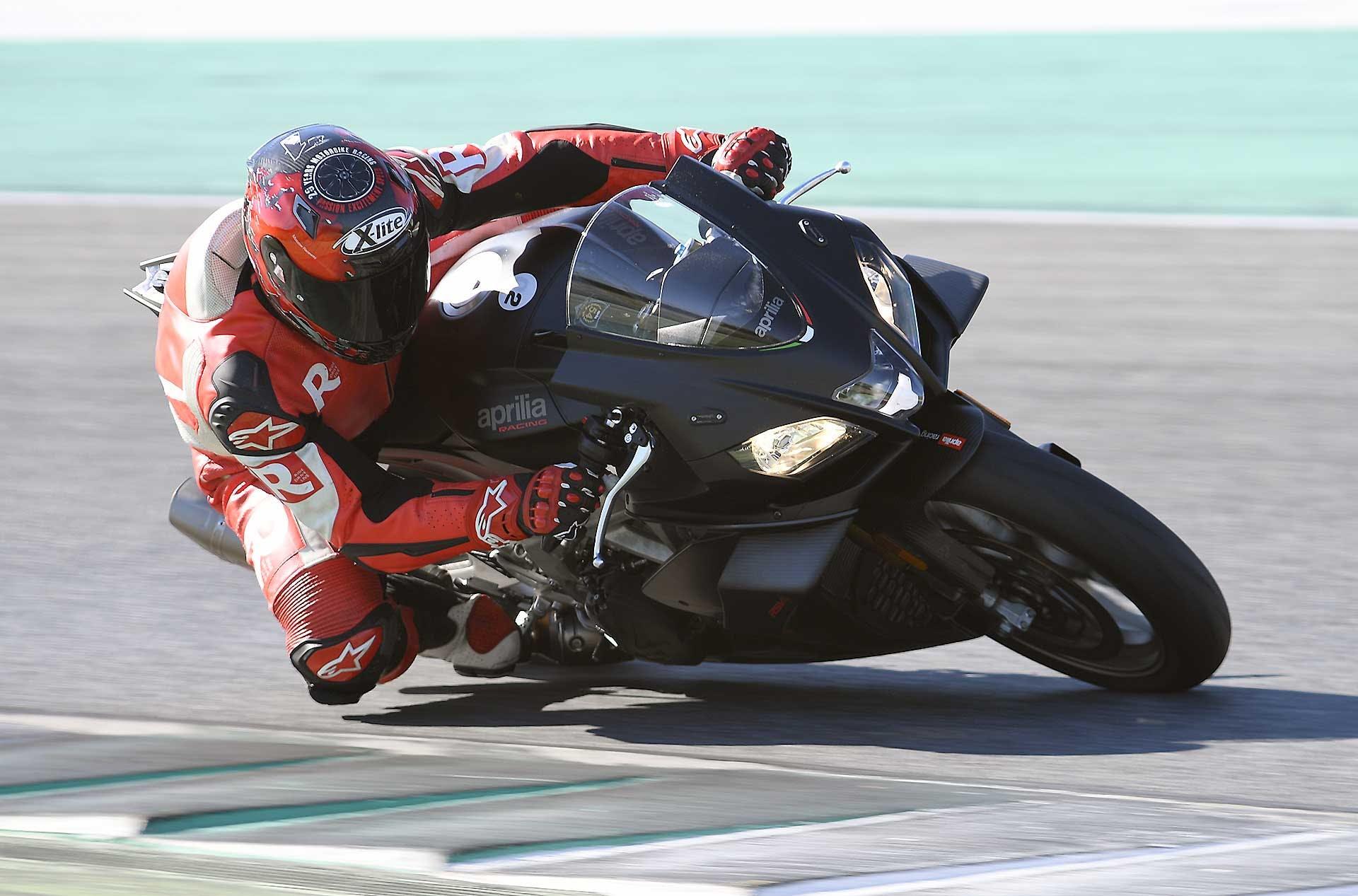 Aprilia RSV4 1100 Factory moto piega curva pista vista 3/4