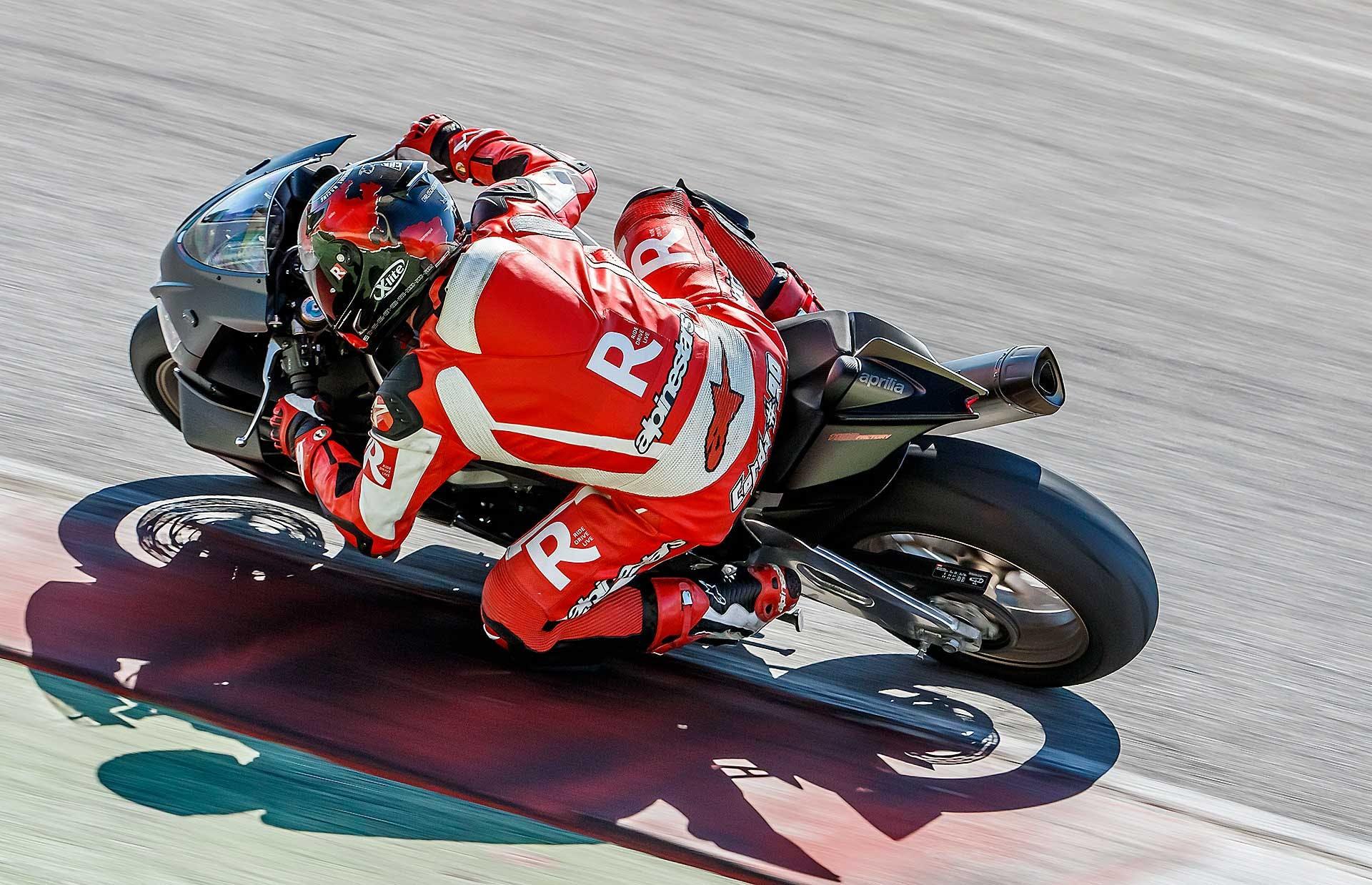 Aprilia RSV4 1100 Factory moto piega curva pista