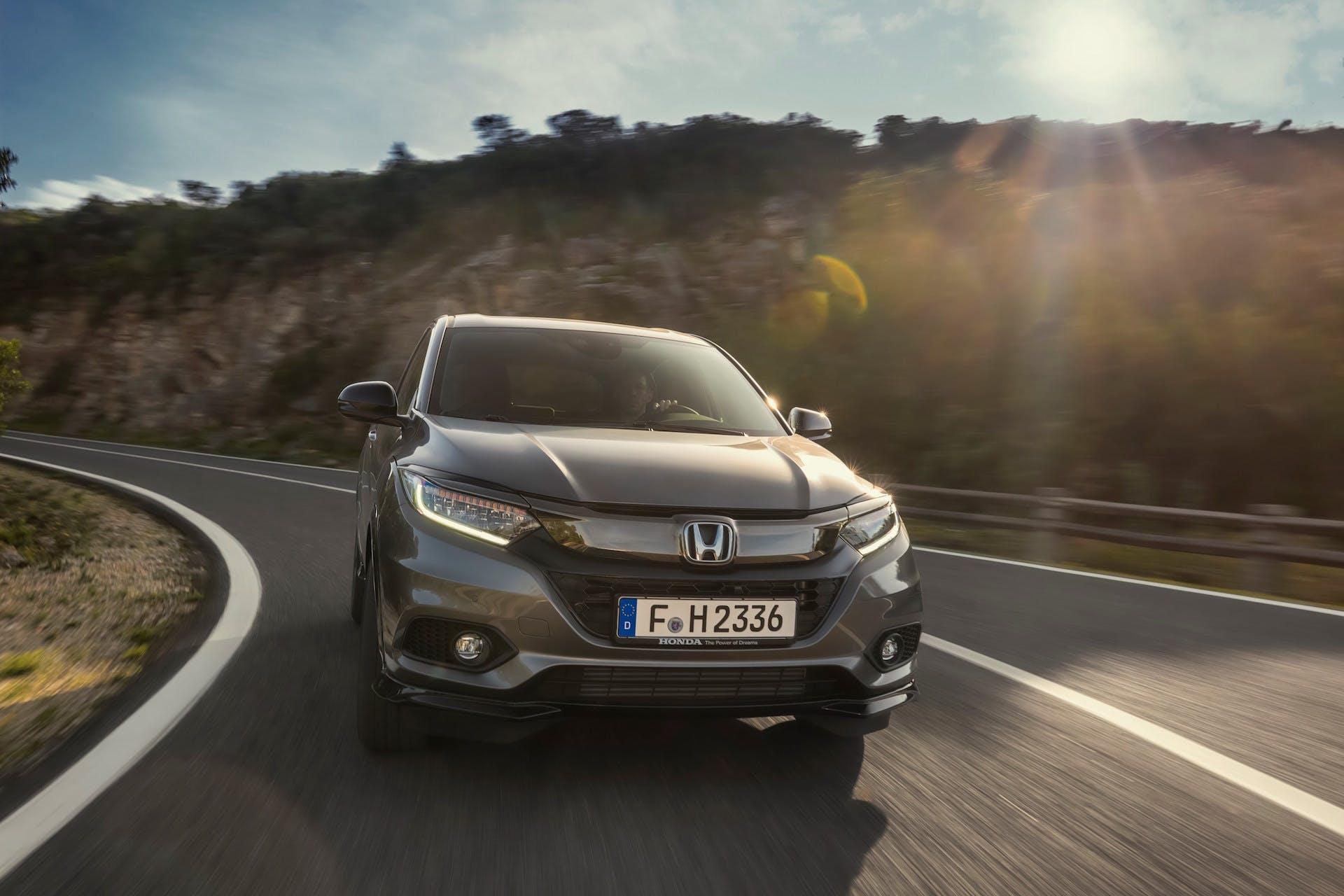 Honda HR-V auto grigio su strada vista frontale