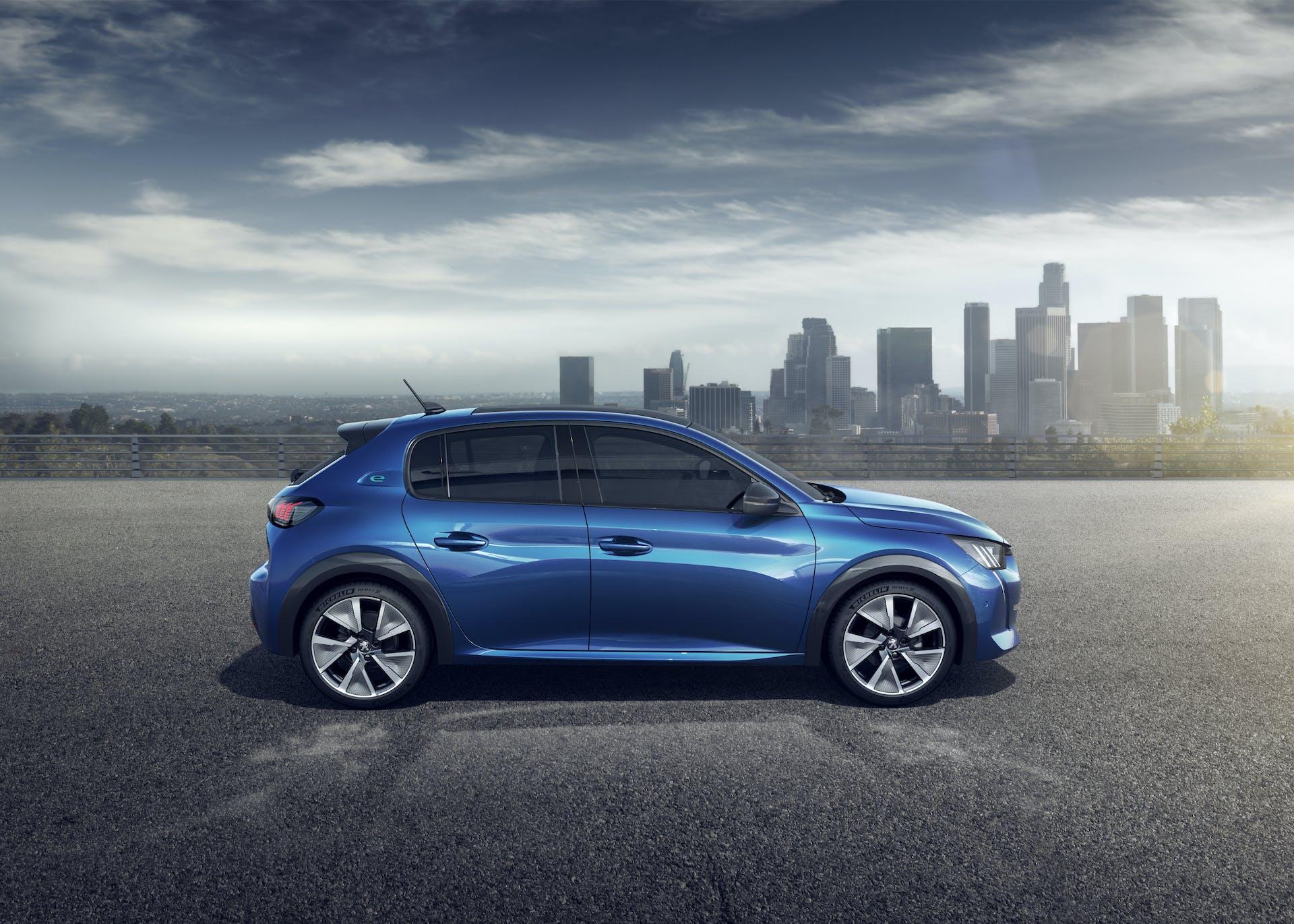 Peugeot 208 blu statica laterale