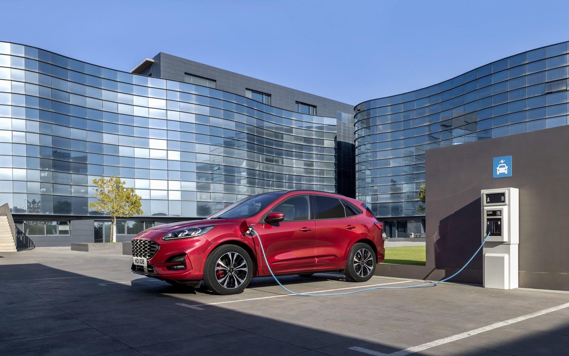 Ford Kuga plug-in 2019, tre quarti anteriore statica con ricarica
