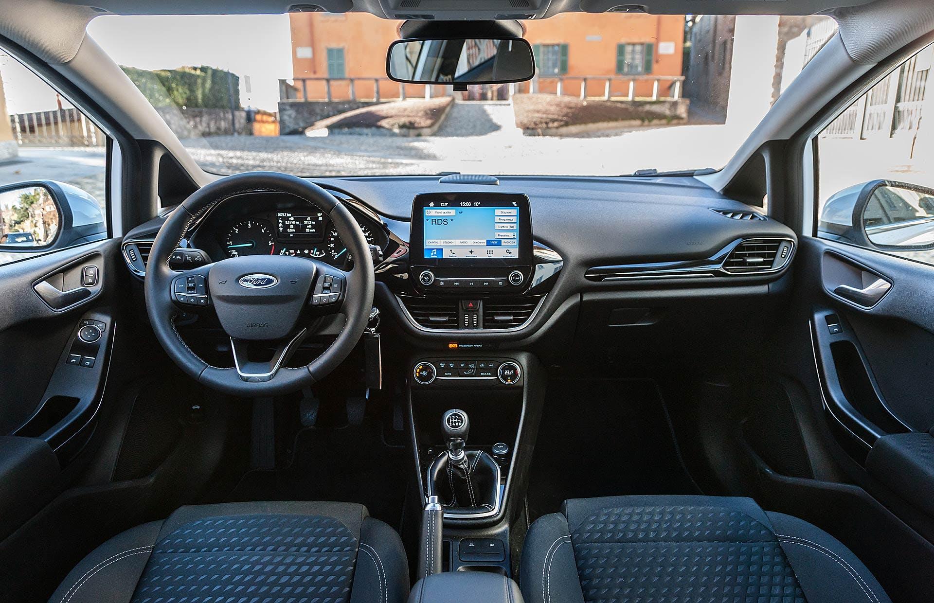 Ford Fiesta 1.5 TDCi Titanium interni con villa sullo sfondo