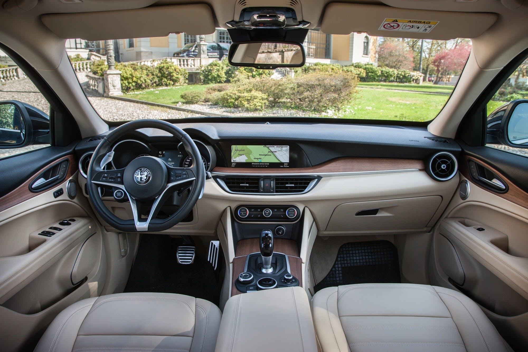 Alfa Romeo Stelvio dettaglio volante cruscotto e schermo centrale