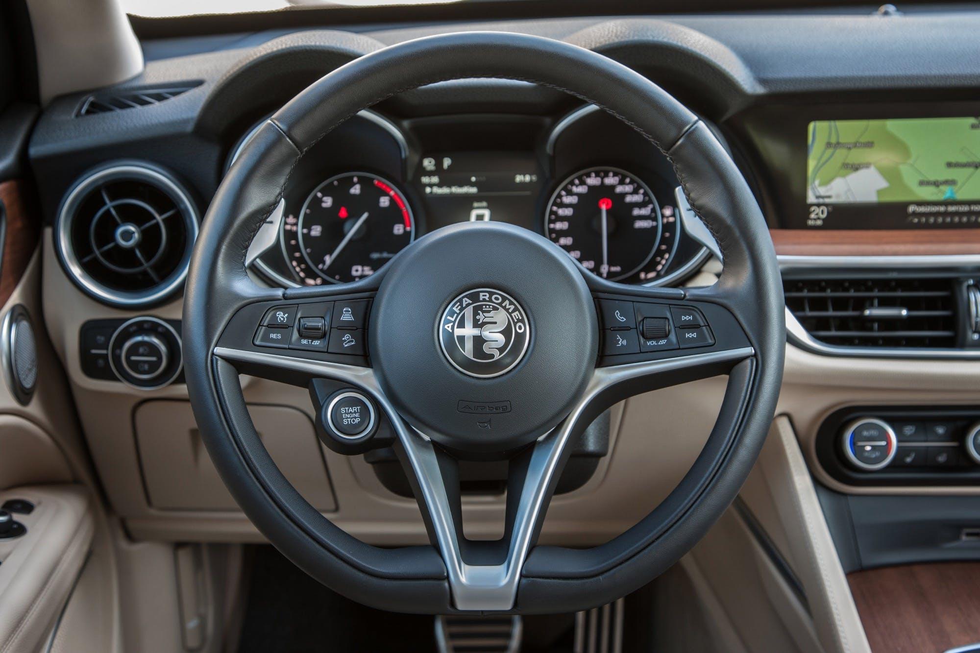 Alfa Romeo Stelvio dettaglio volante