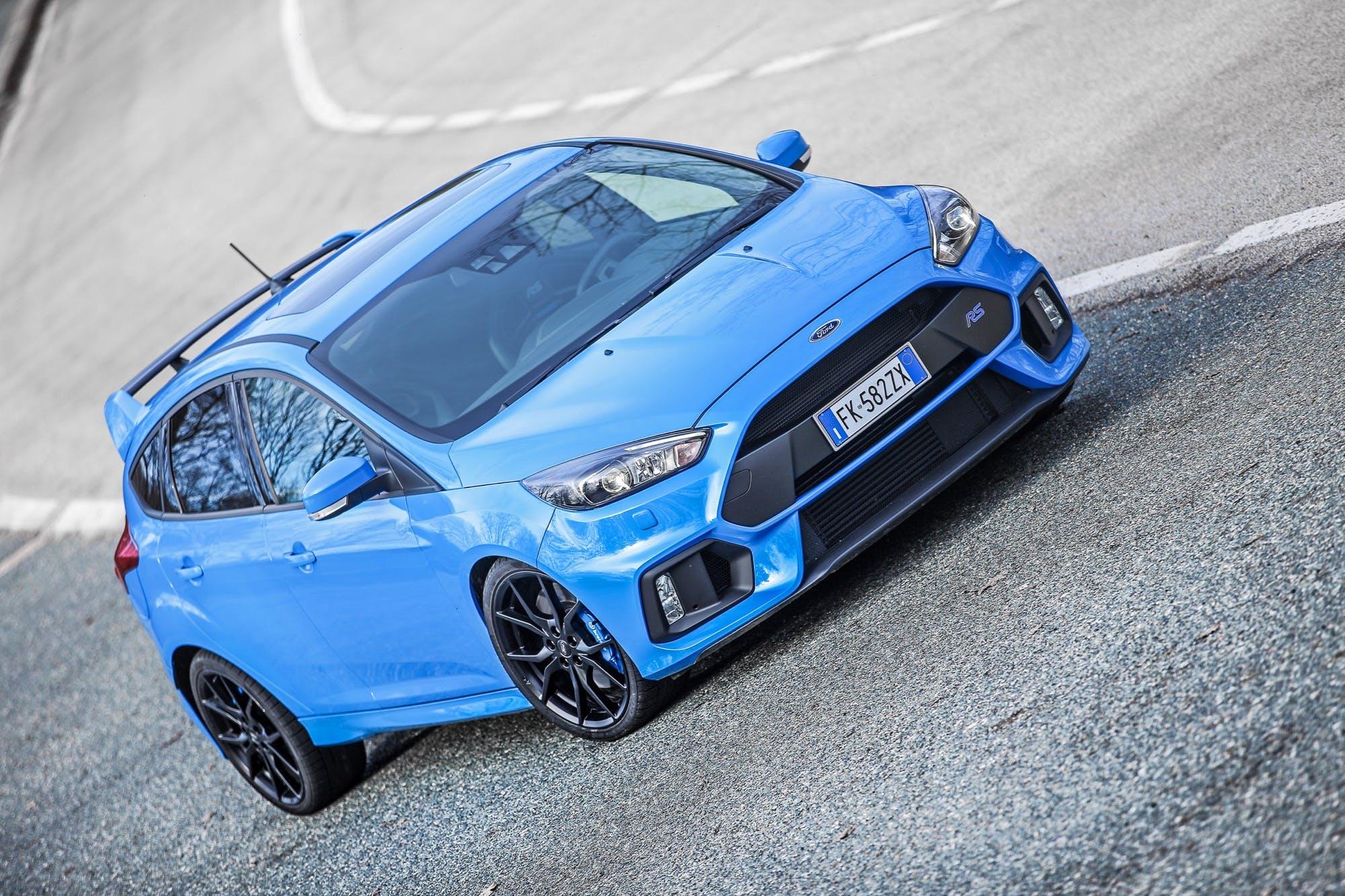 Ford Focus RS azzurro pronta ad aggredire un percorso tutto curve