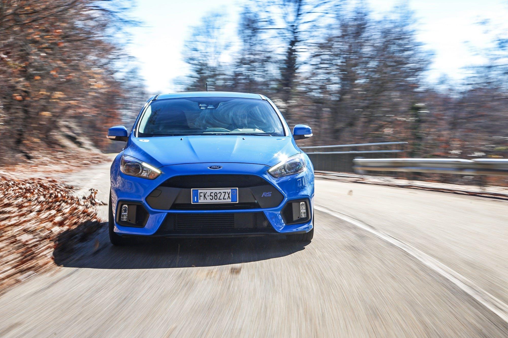 Il cattivissimo frontale della Ford Focus RS 2016 impegnata in curva ad elevata velocità di percorrenza