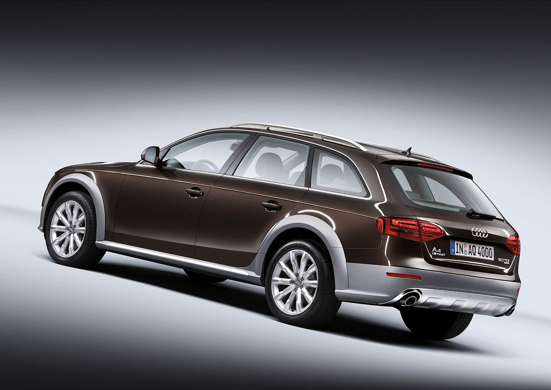 Audi A4 allroad quattro statica marrone nella prima versione del 2009