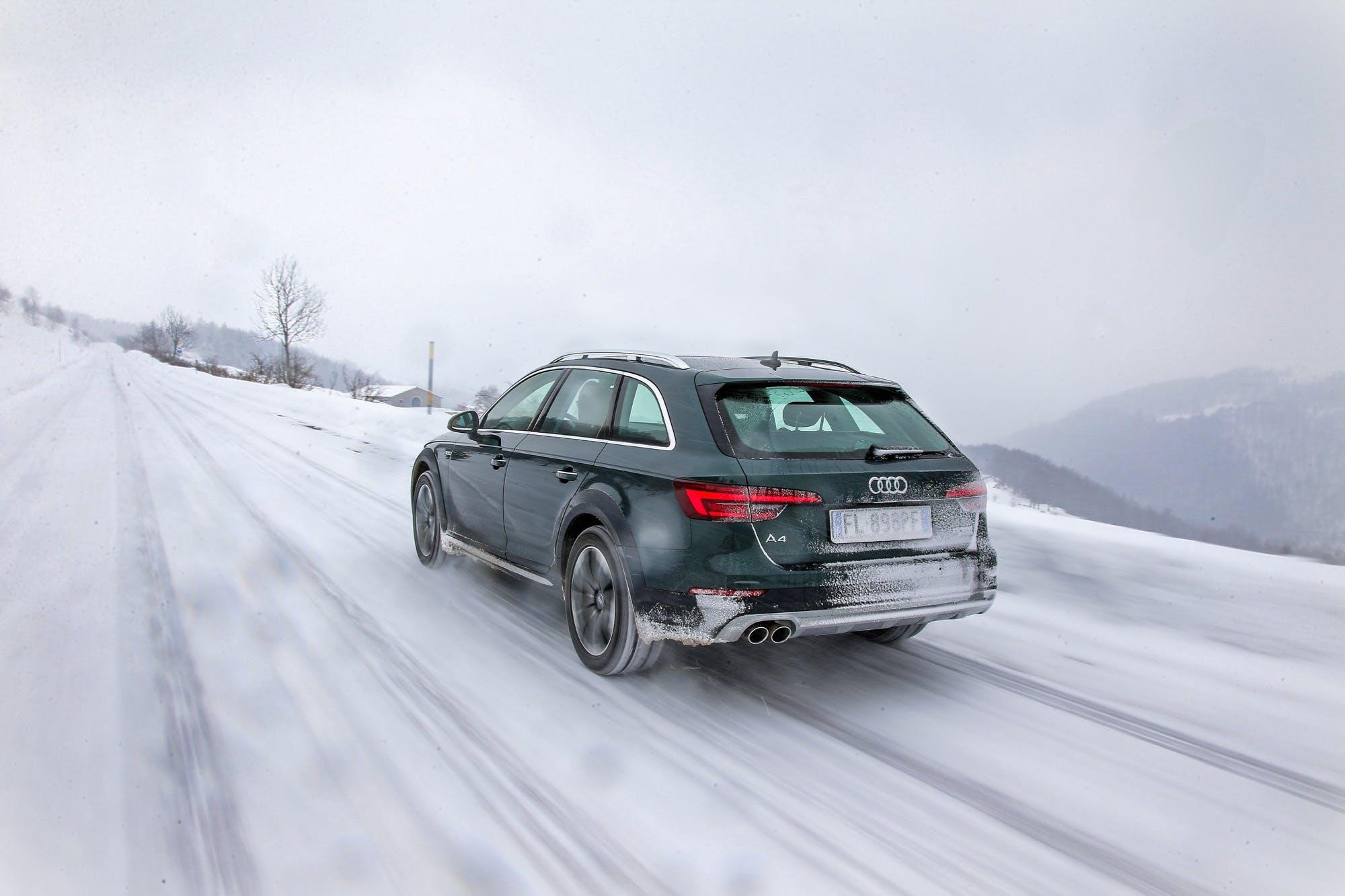 Audi A4 allroad verde viaggia nella neve