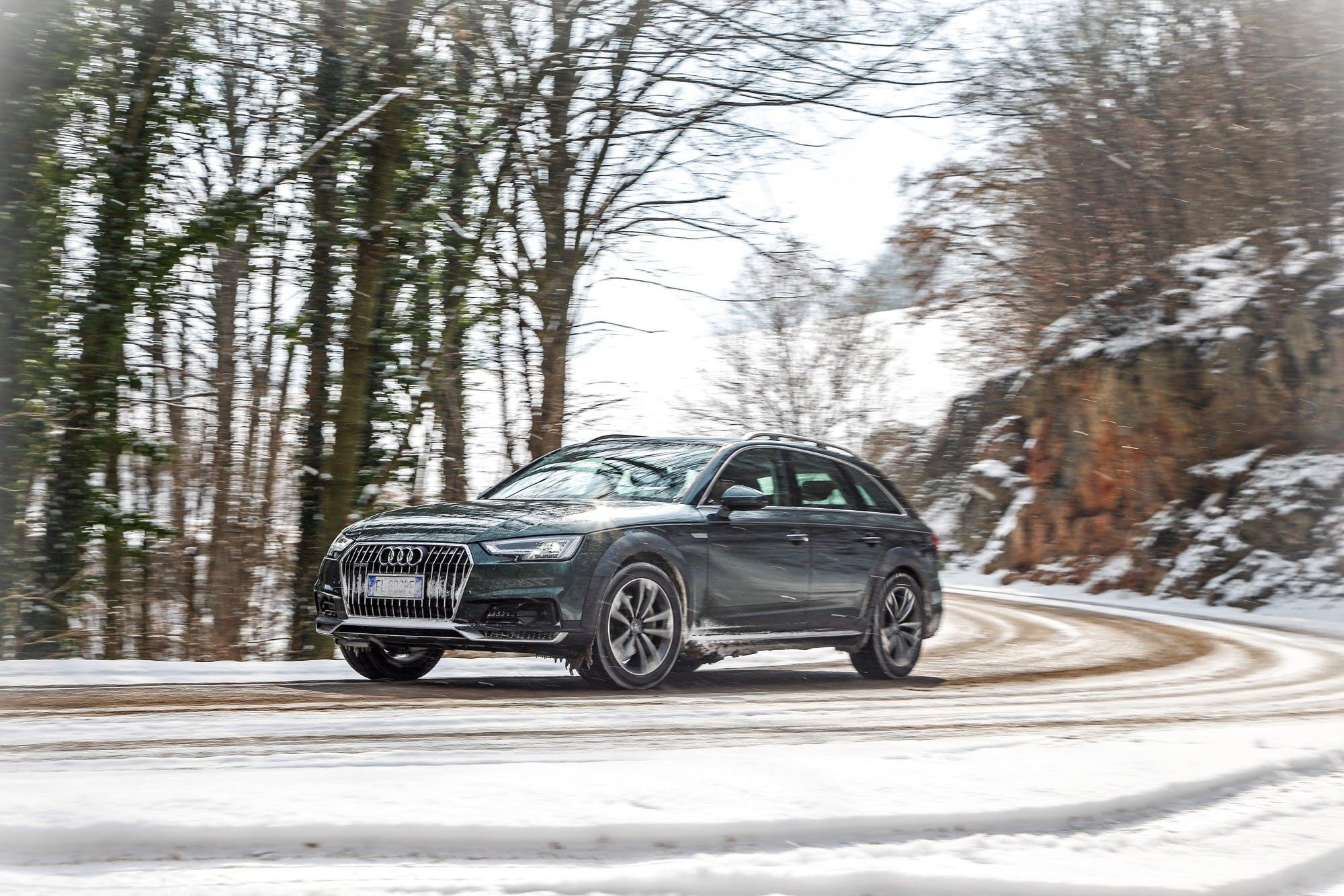 Audi A4 allroad quattro in curva con sfondo alberato