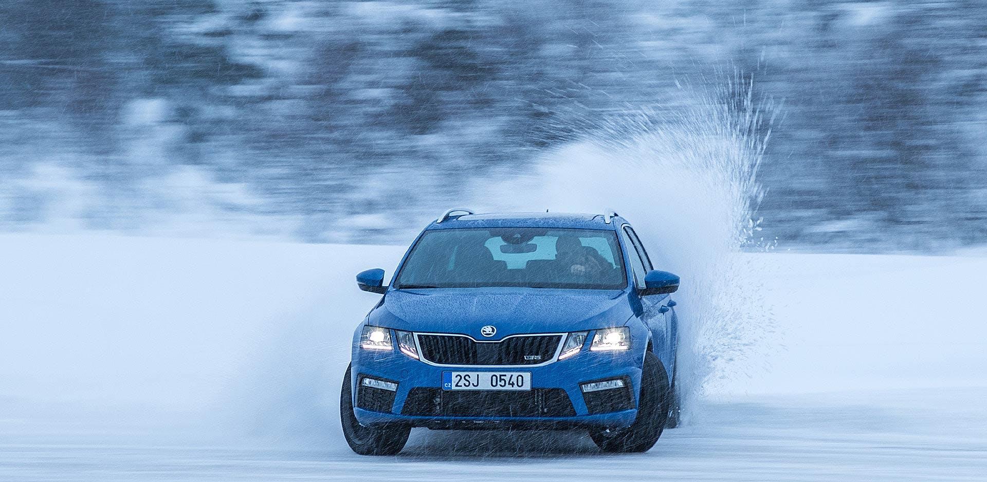 Škoda Octavia RS in derapata con schizzi di neve attorno a Rovaniemi in Lapponia