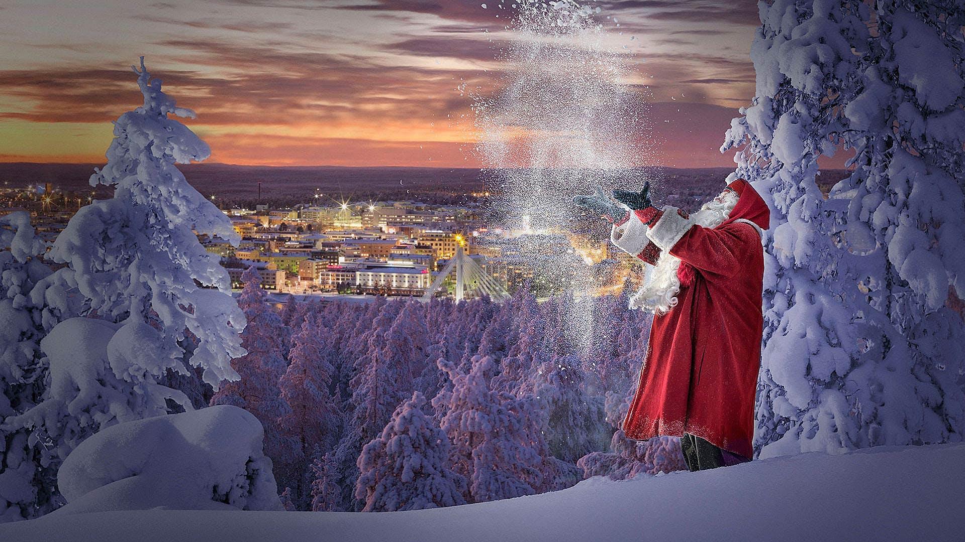 Santa Claus gioca con la neve a Rovaniemi in Lapponia