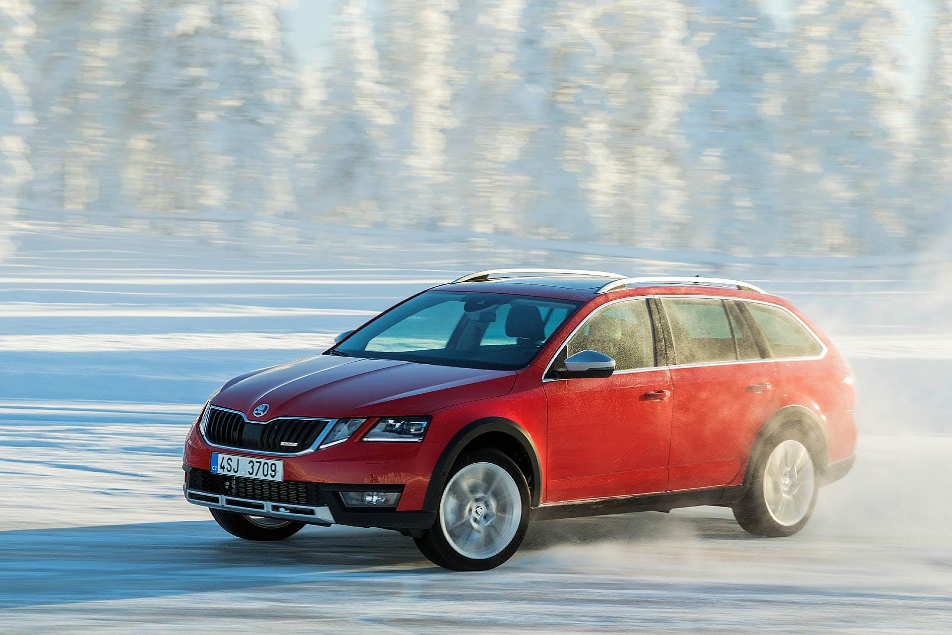 Škoda Octavia Scout rossa in derapata sulla neve a Rovaniemi in Lapponia