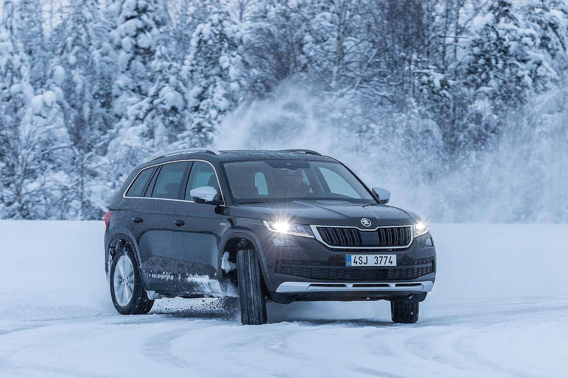 Škoda Kodiaq nera in controsterzo sulla neve a Rovaniemi in Lapponia