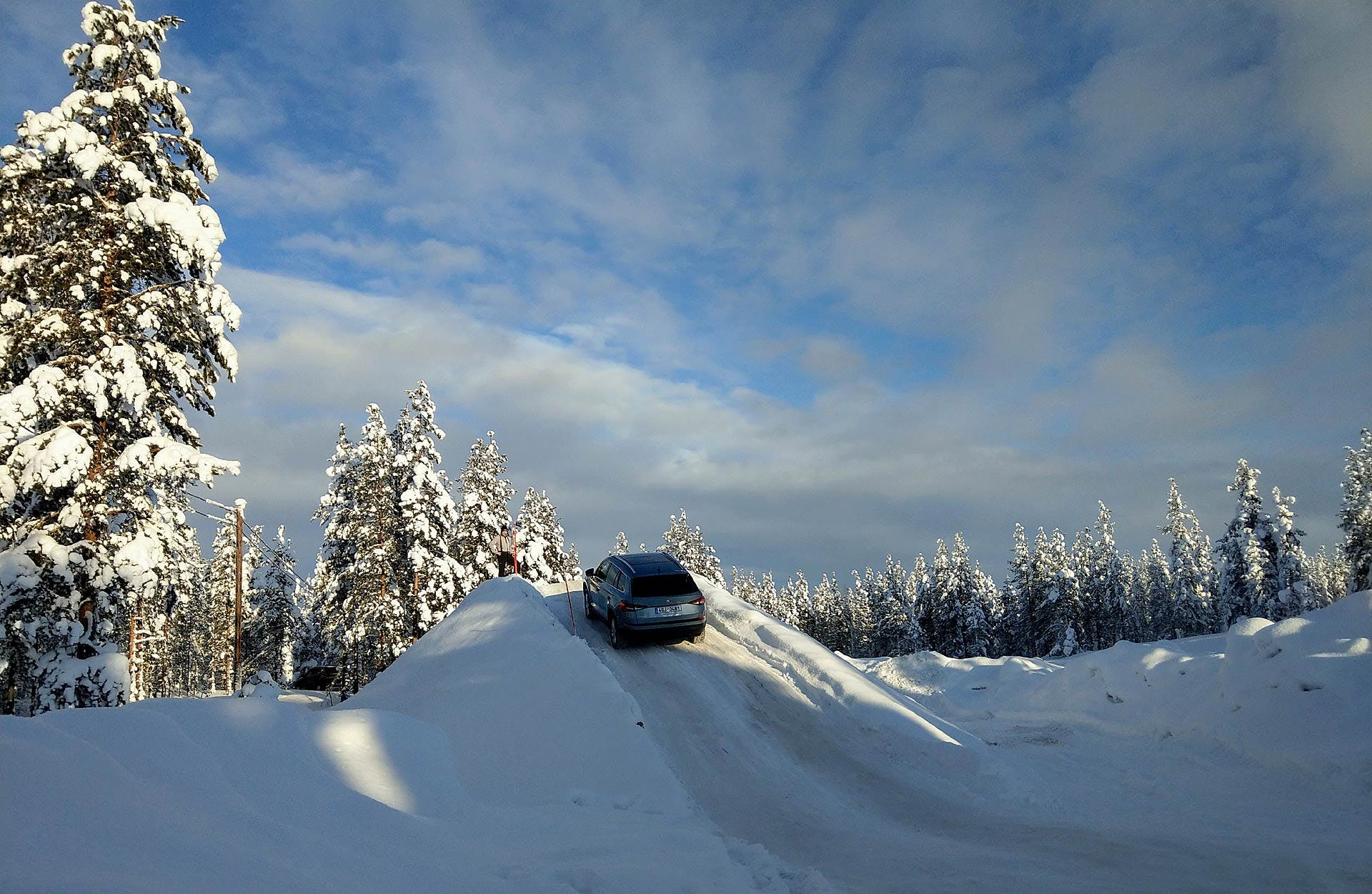 Škoda Kodiaq scala una pendenza completamente innevata a Rovaniemi in Lapponia