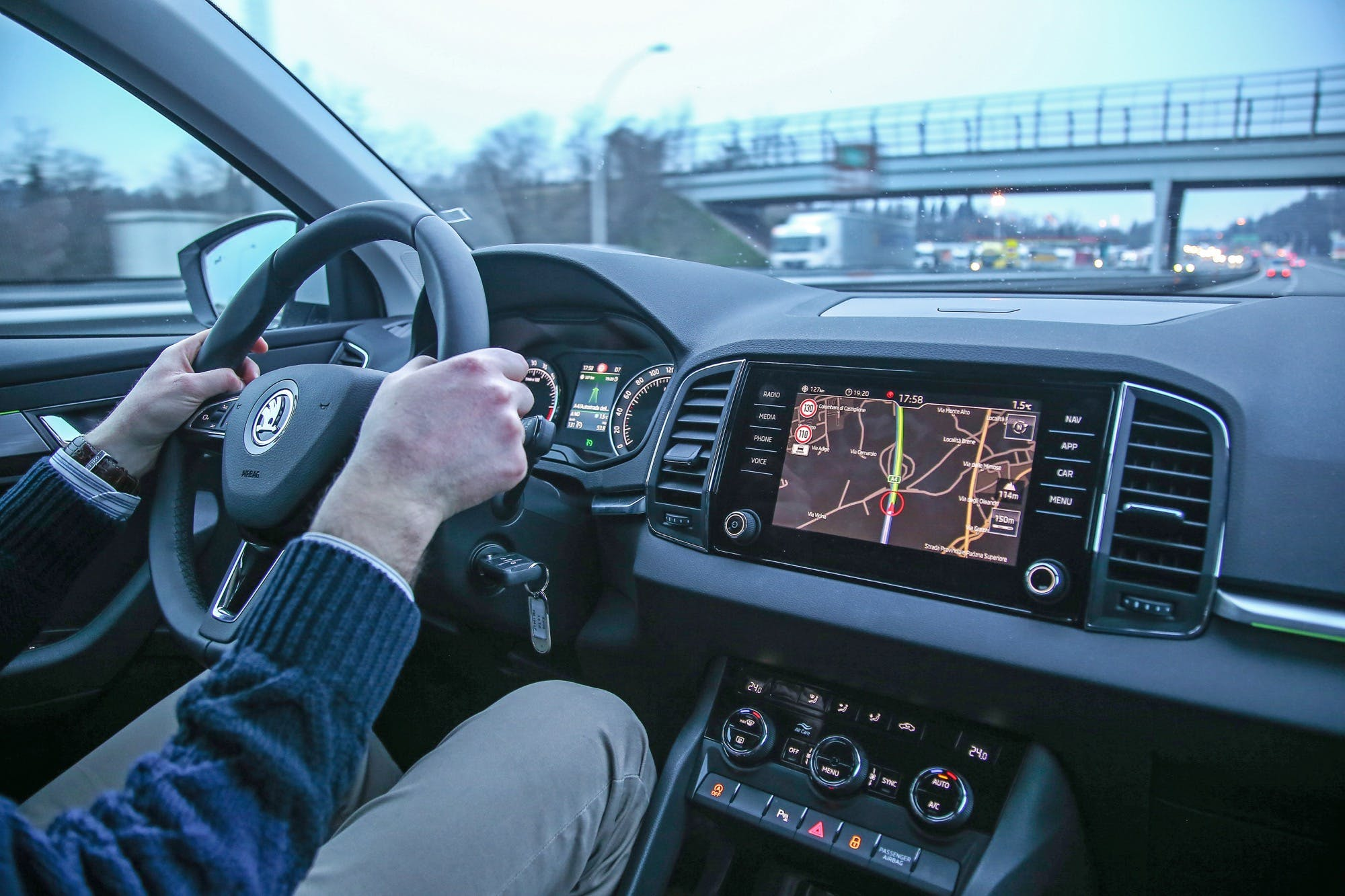 Skoda Karoq interni durante la guida in autostrada: svetta lo schermo del navigatore satellitare