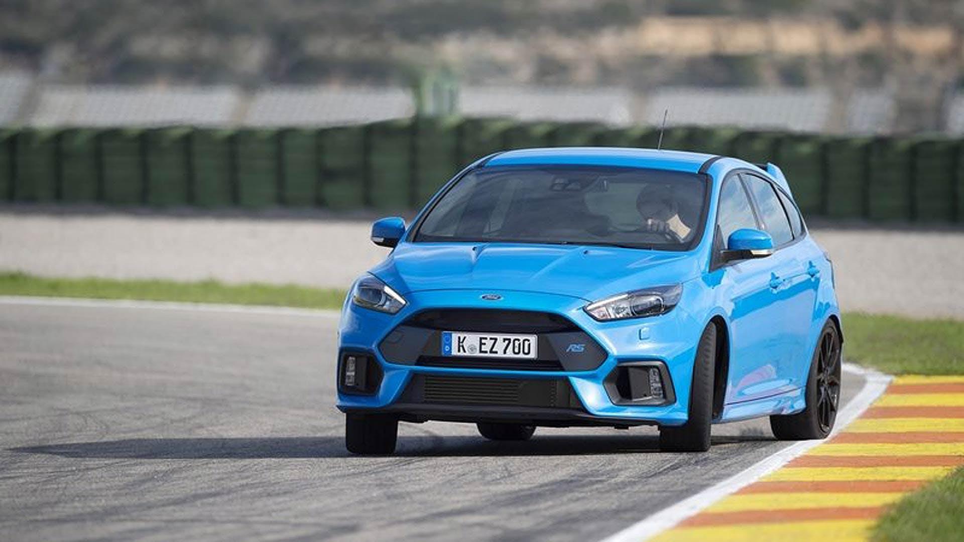 Ford Focus RS azzurra in controsterzo su circuito