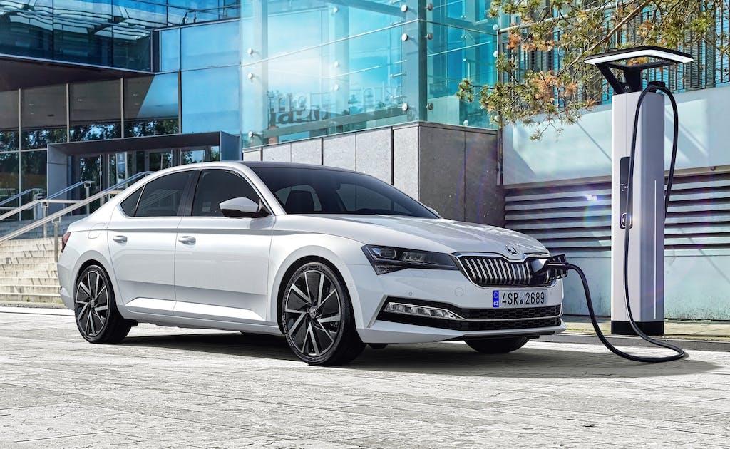Superb iV, inizia l'offensiva elettrica di Škoda con la berlina ibrida plug-in