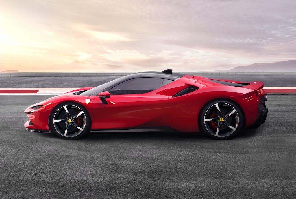 Ferrari SF90 Stradale, la prima ibrida plug-in del Cavallino è realtà