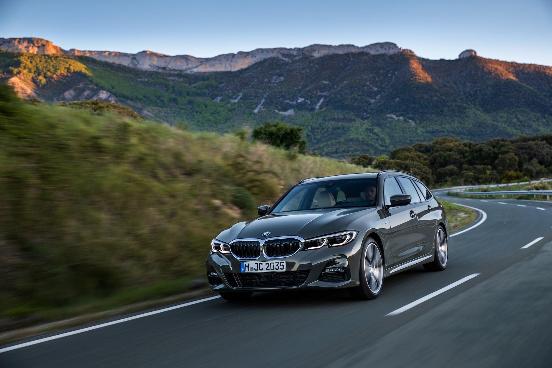 BMW Serie 3 Touring grigia tre quarti anteriore