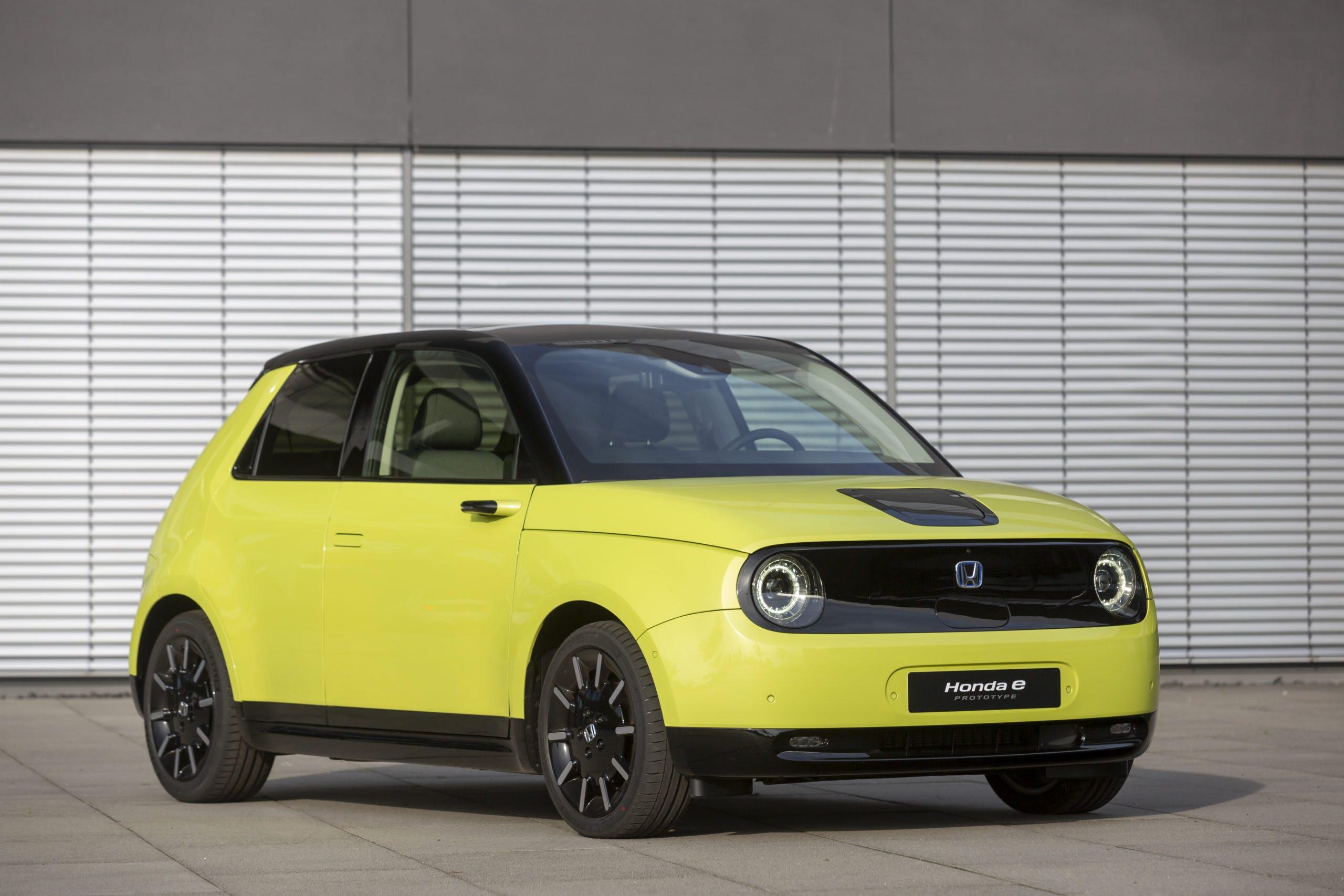 Honda e gialla vista tre quarti frontale