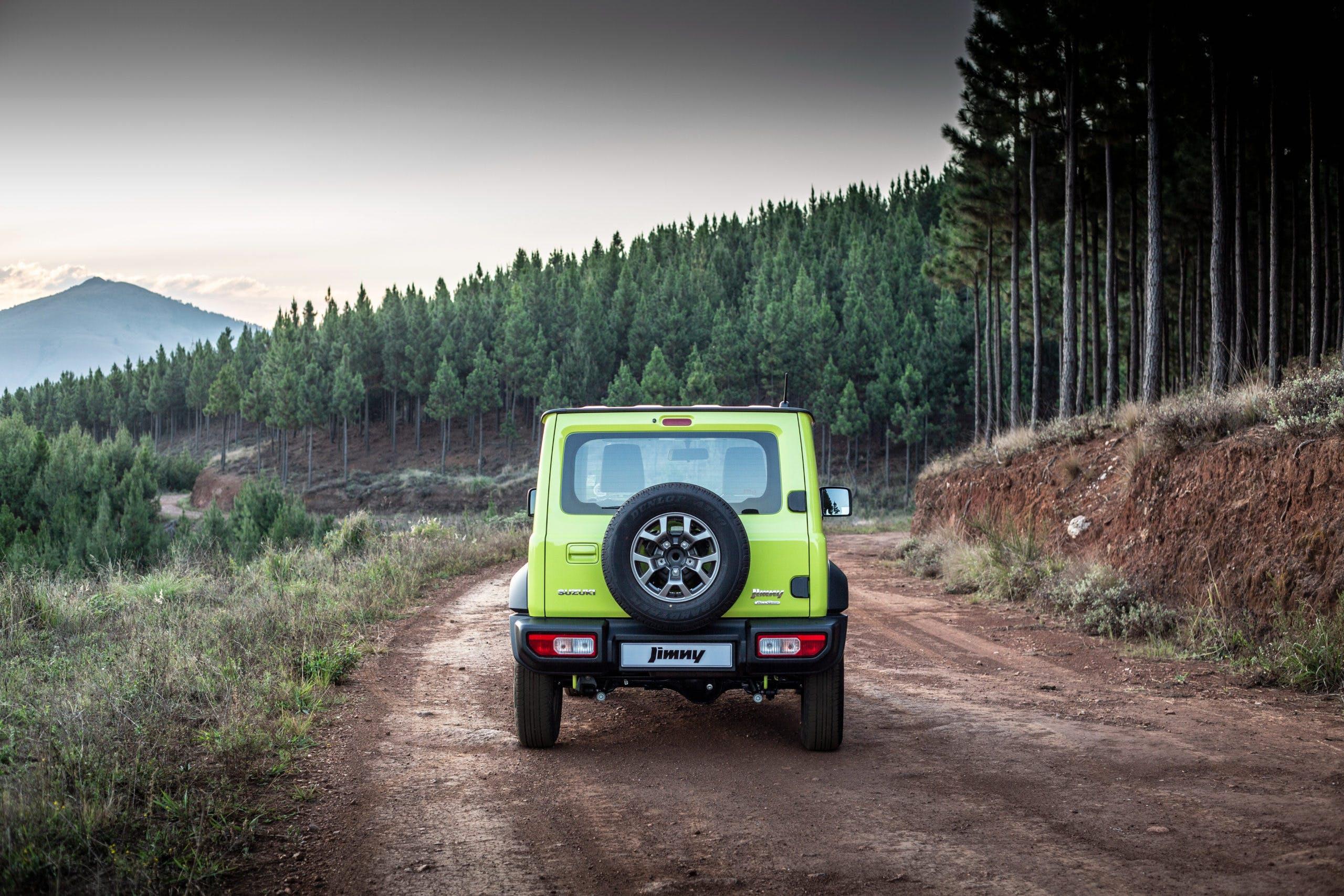 Suzuki Jimny gialla vista posteriore offroad