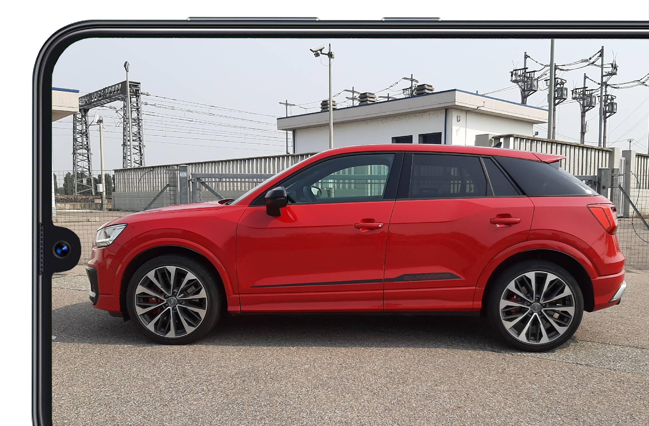 Audi SQ2 rossa vista laterale