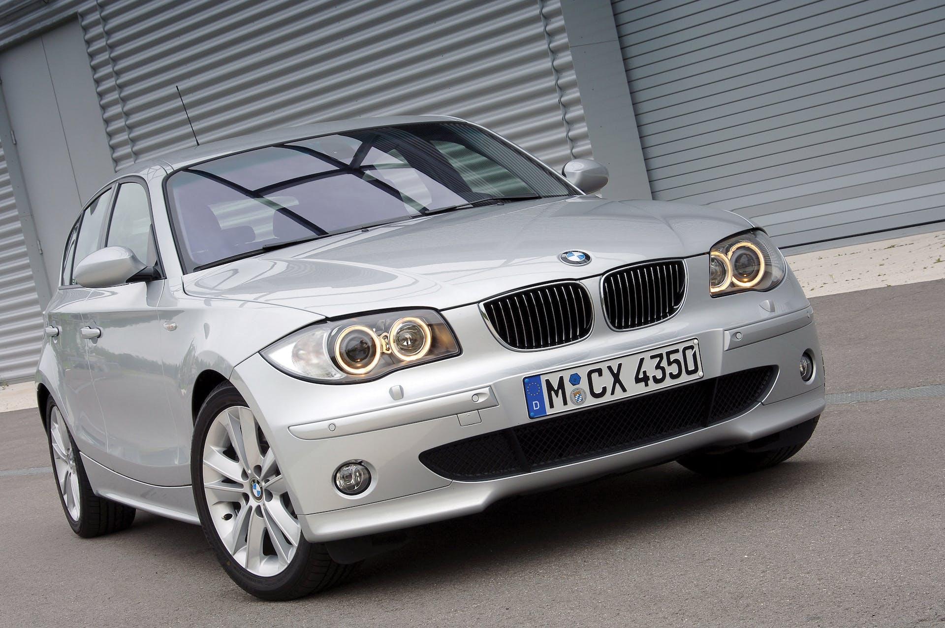 BMW Serie 1 grigia vista anteriore