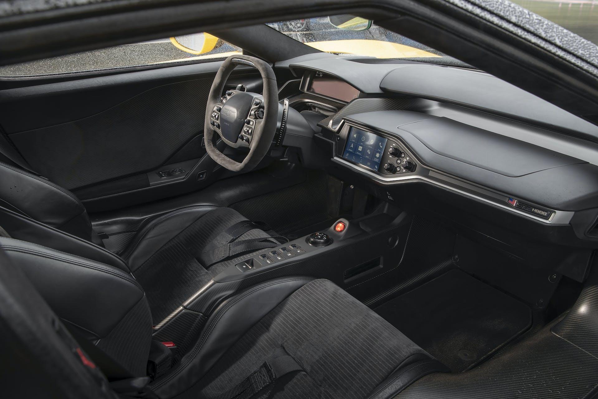 Ford GT gialla abitacolo