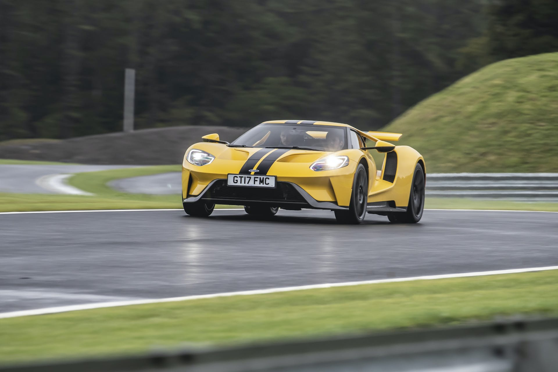 Ford GT gialla vista frontale