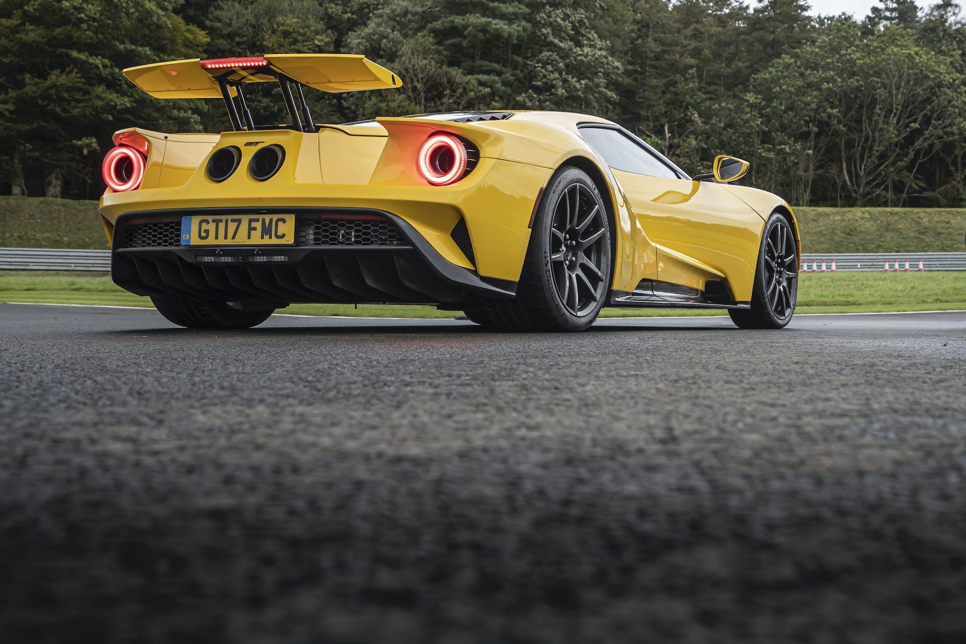 Ford GT gialla vista posteriore