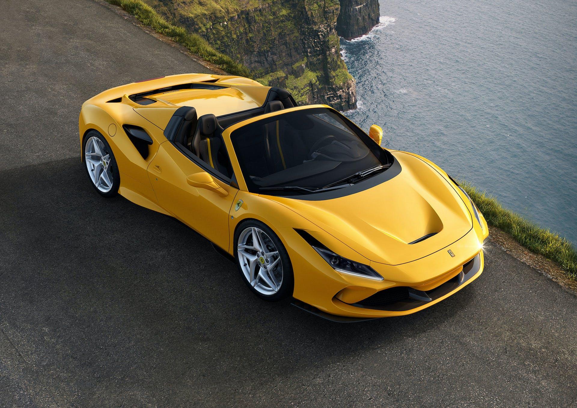 Ferrari F8 Spider gialla dall'alto