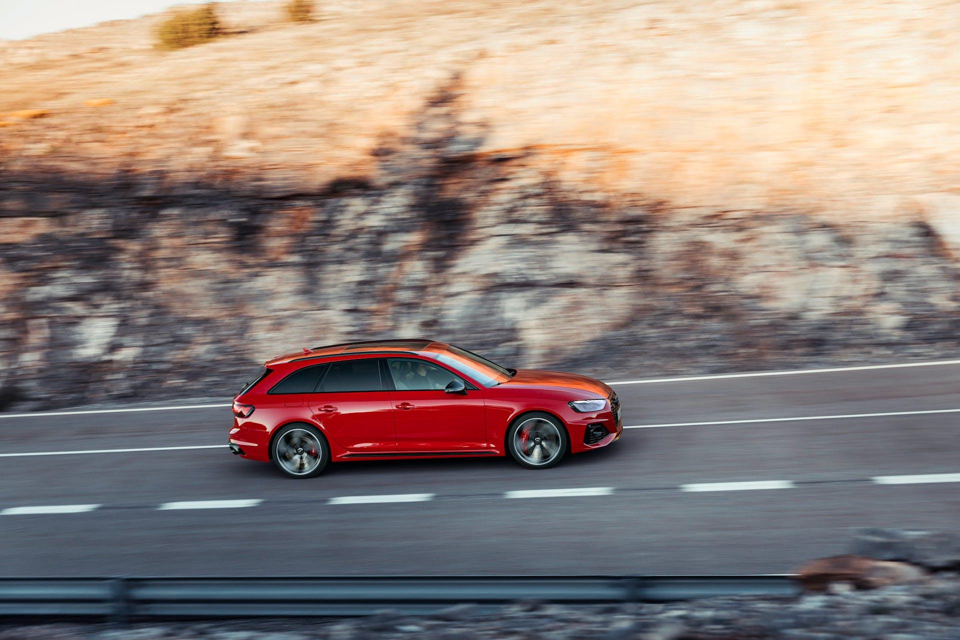 Audi RS 4 Avant rossa laterale dinamica