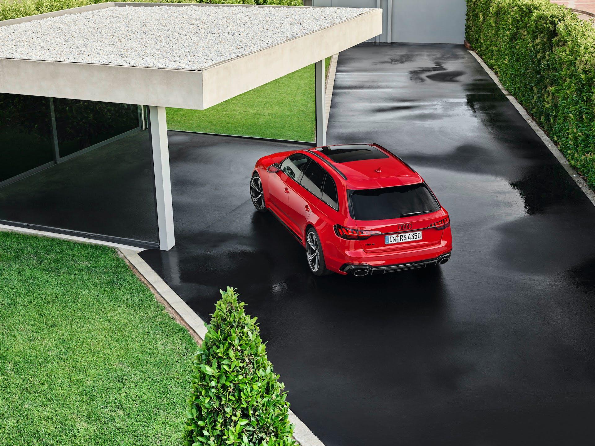Audi RS 4 Avant rossa vista posteriore