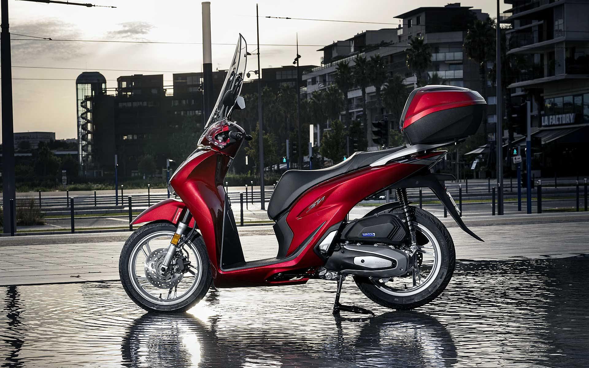 migliori scooter 2020 Honda SH rosso con bauletto