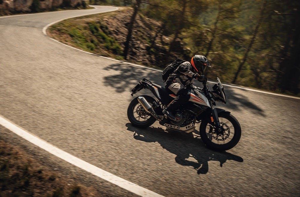 KTM 390 Adventure Moto Neopatentati A2 in azione in piega su strada