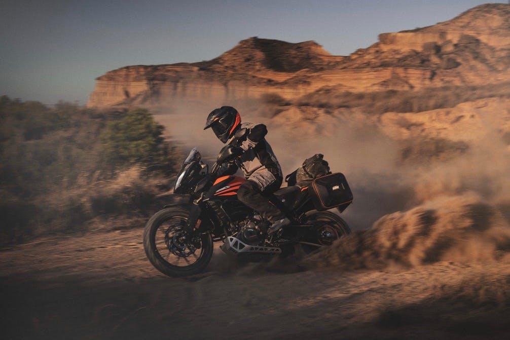KTM 390 Adventure in azione nel deserto moto per neopatentati A2