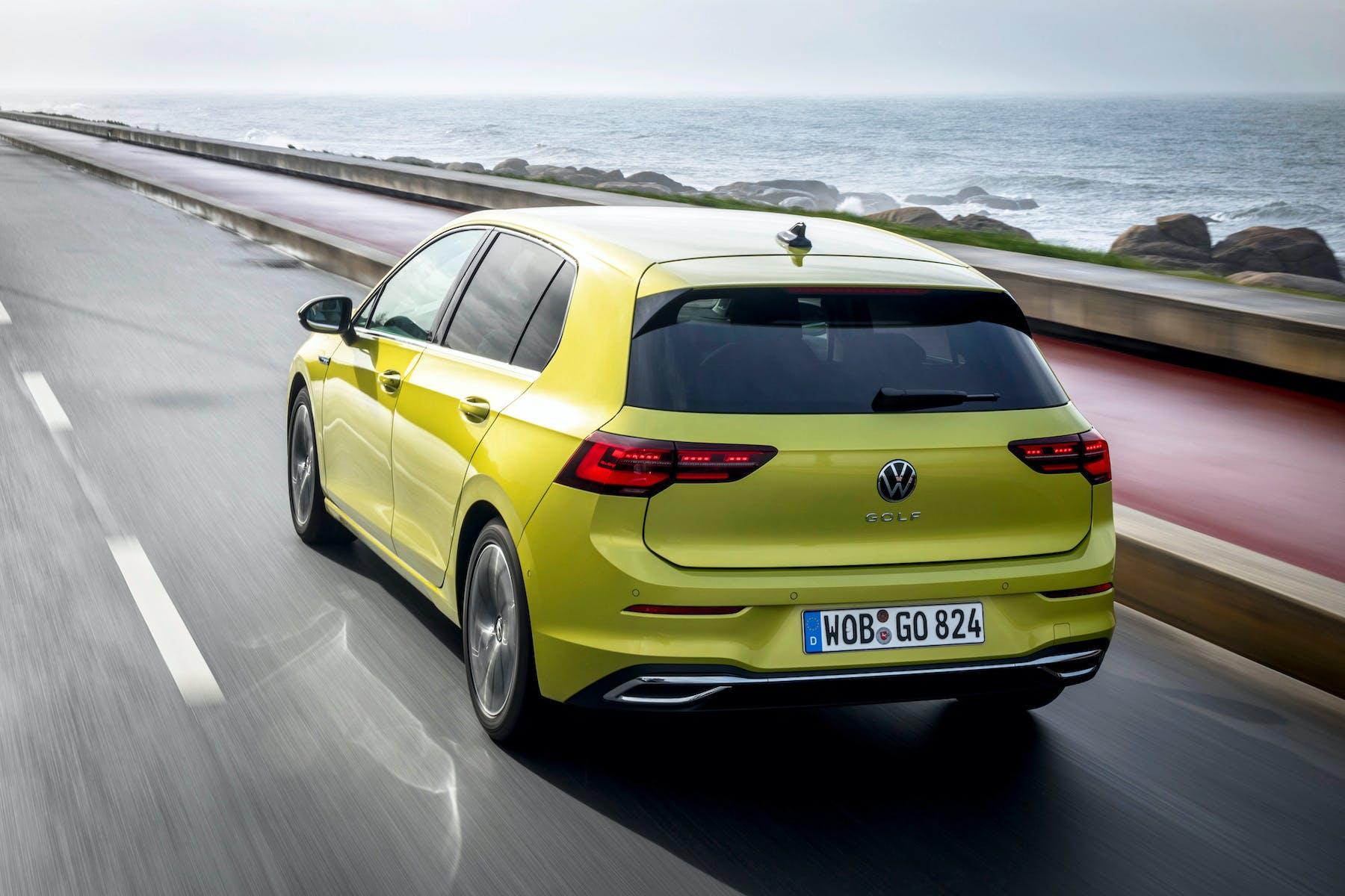 Nuova Volkswagen Golf 8, la prova (gialla, tre quarti posteriore)