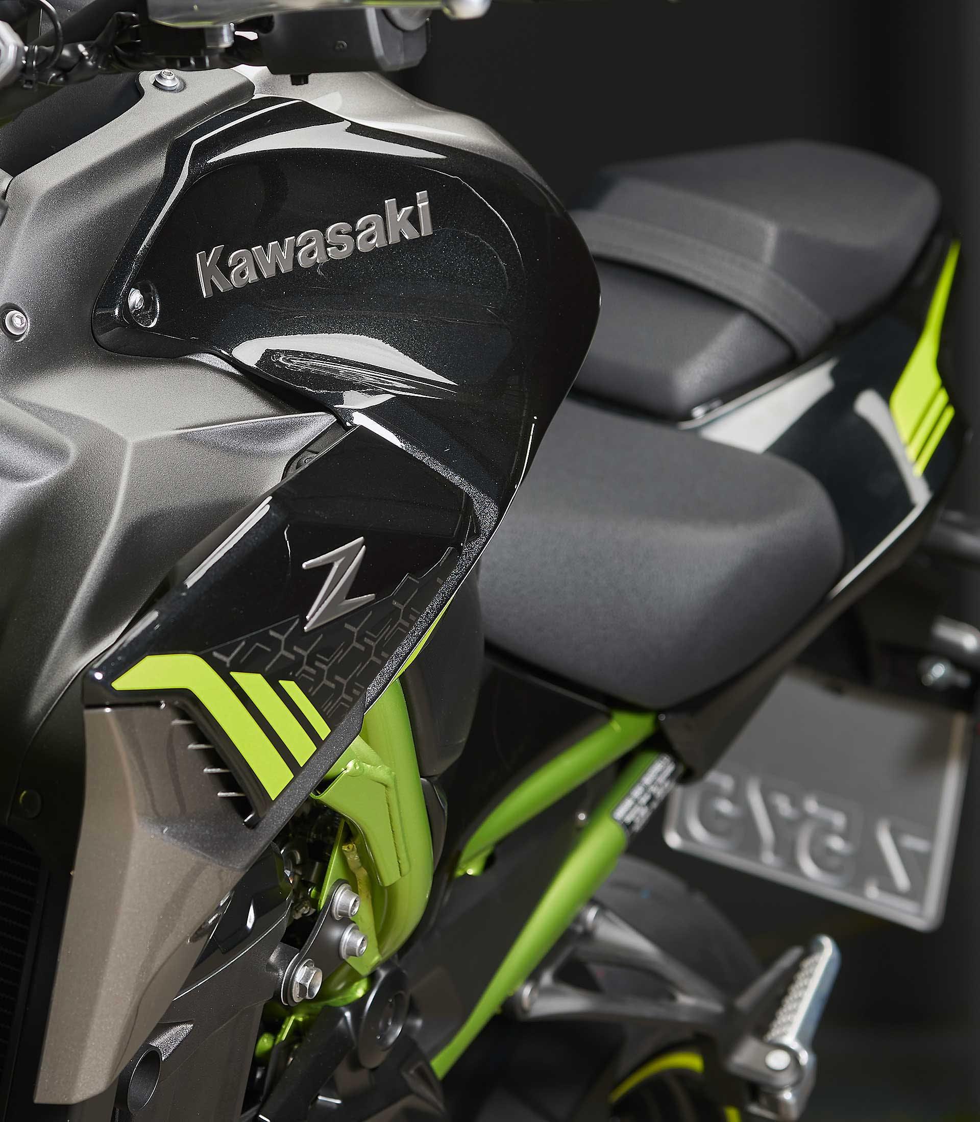 Prova Kawasaki Z900 2020 dettaglio serbatoio sugomi style
