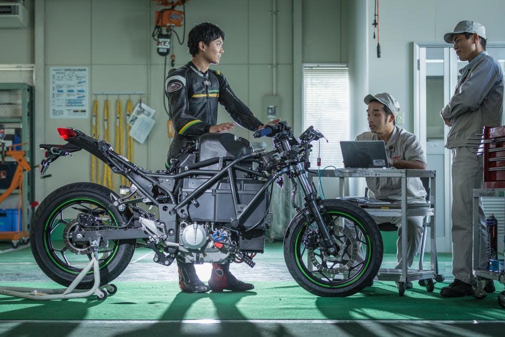 Kawasaki Ninja moto eleettrica EV Project spogliata telaio e power uniti con collaudatore