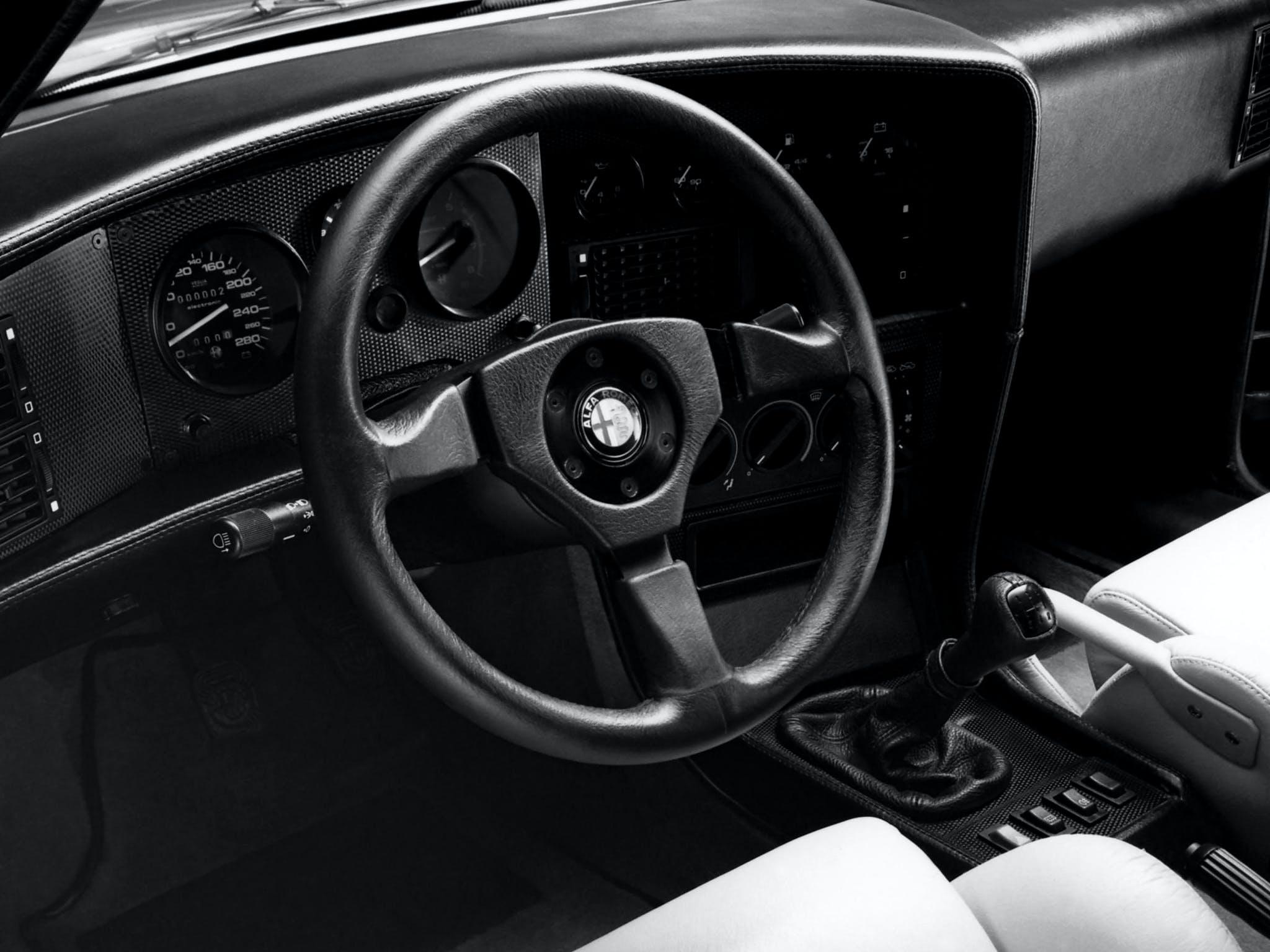 Alfa Romeo SZ abitacolo