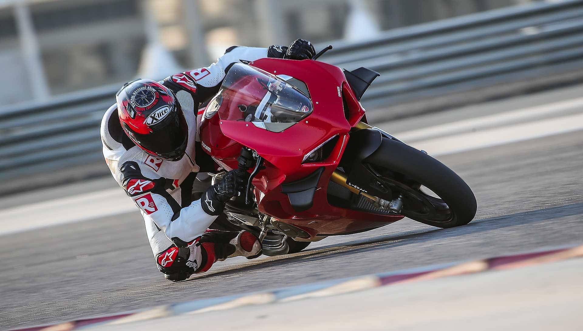 Ducati Panigale V4 2020 in pista in Bahrein interno curva