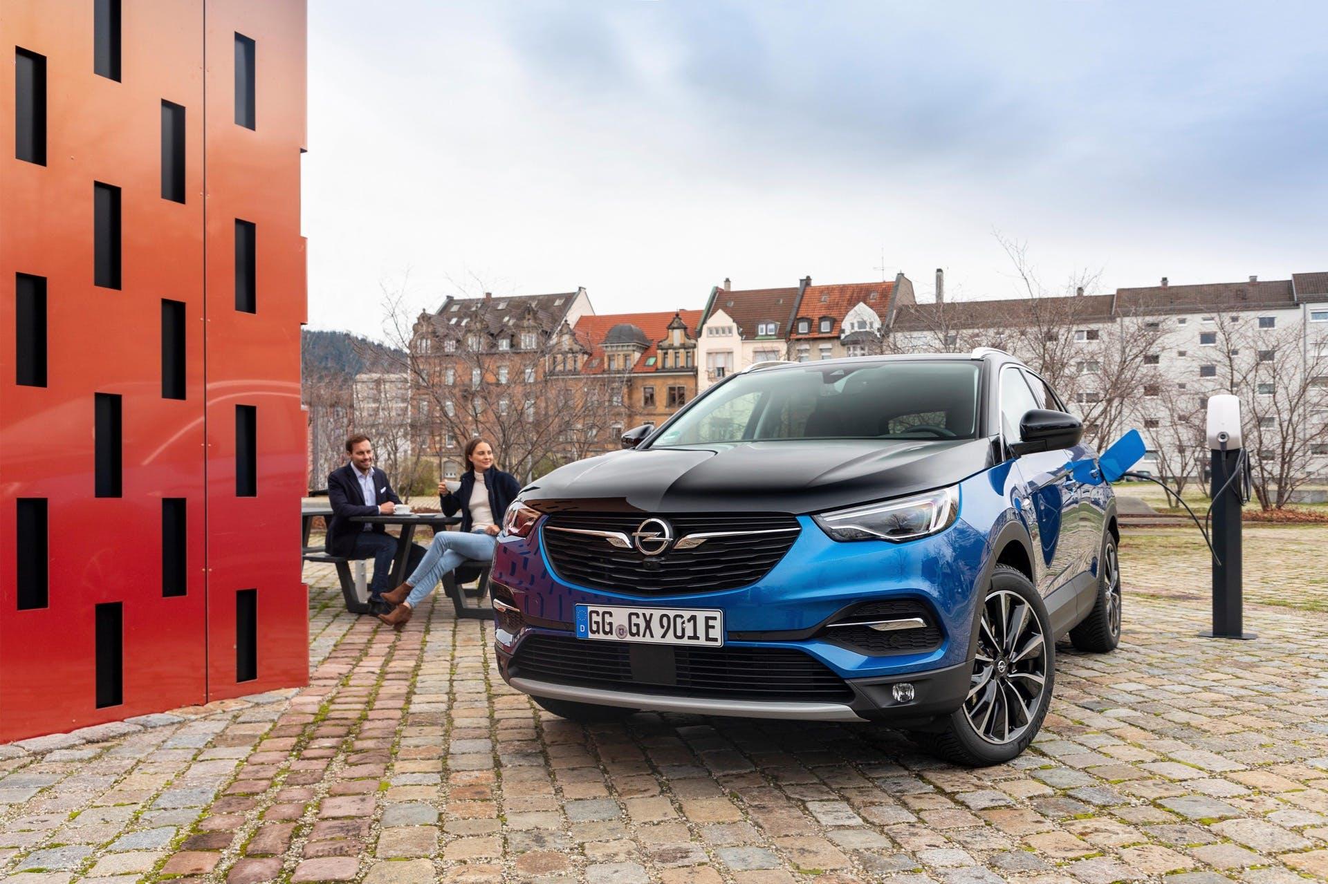 Opel Grandland X Hybrid4 Bicolore ferma alla colonnina di ricarica