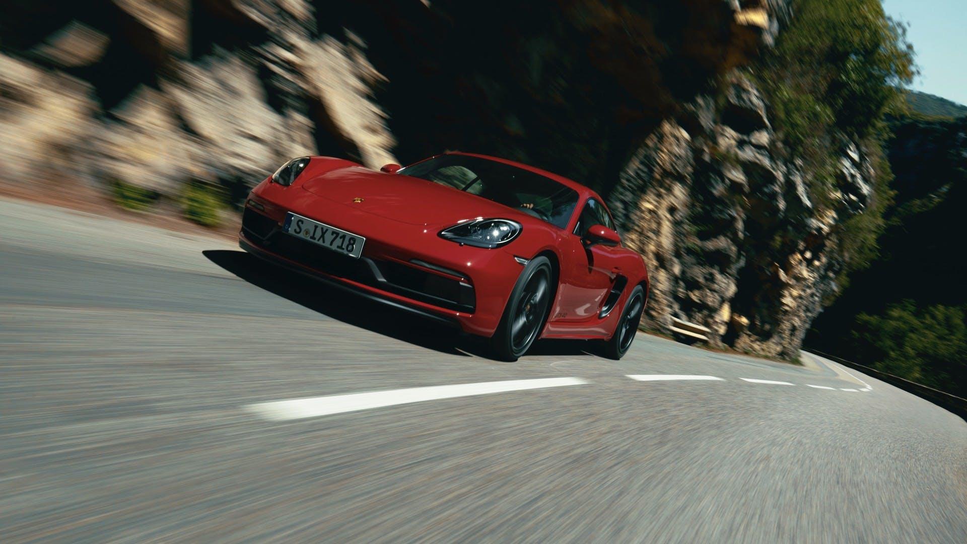 Porsche 710 gts 4.0 rossa, azione su strada di montagna