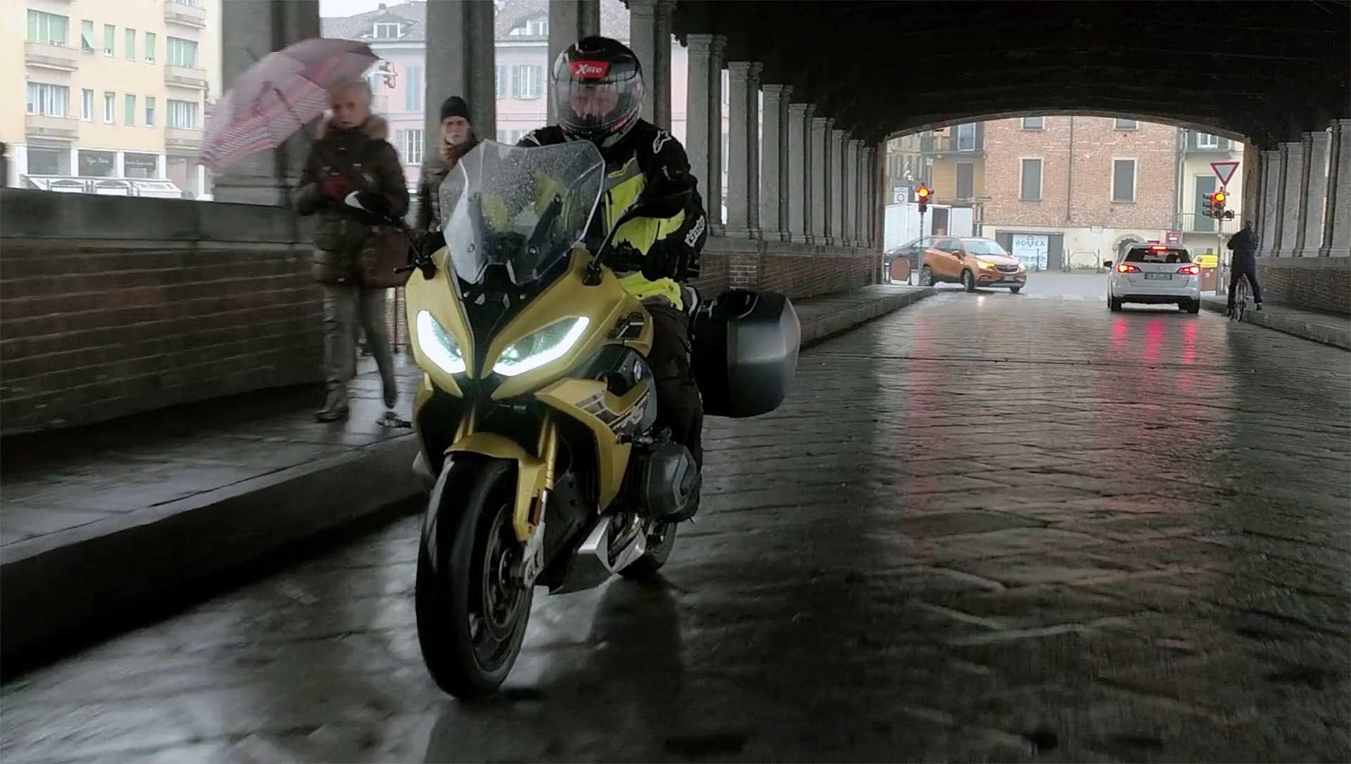 BMW R 1250 RS 2020 moto sotto il ponte coperto pavia