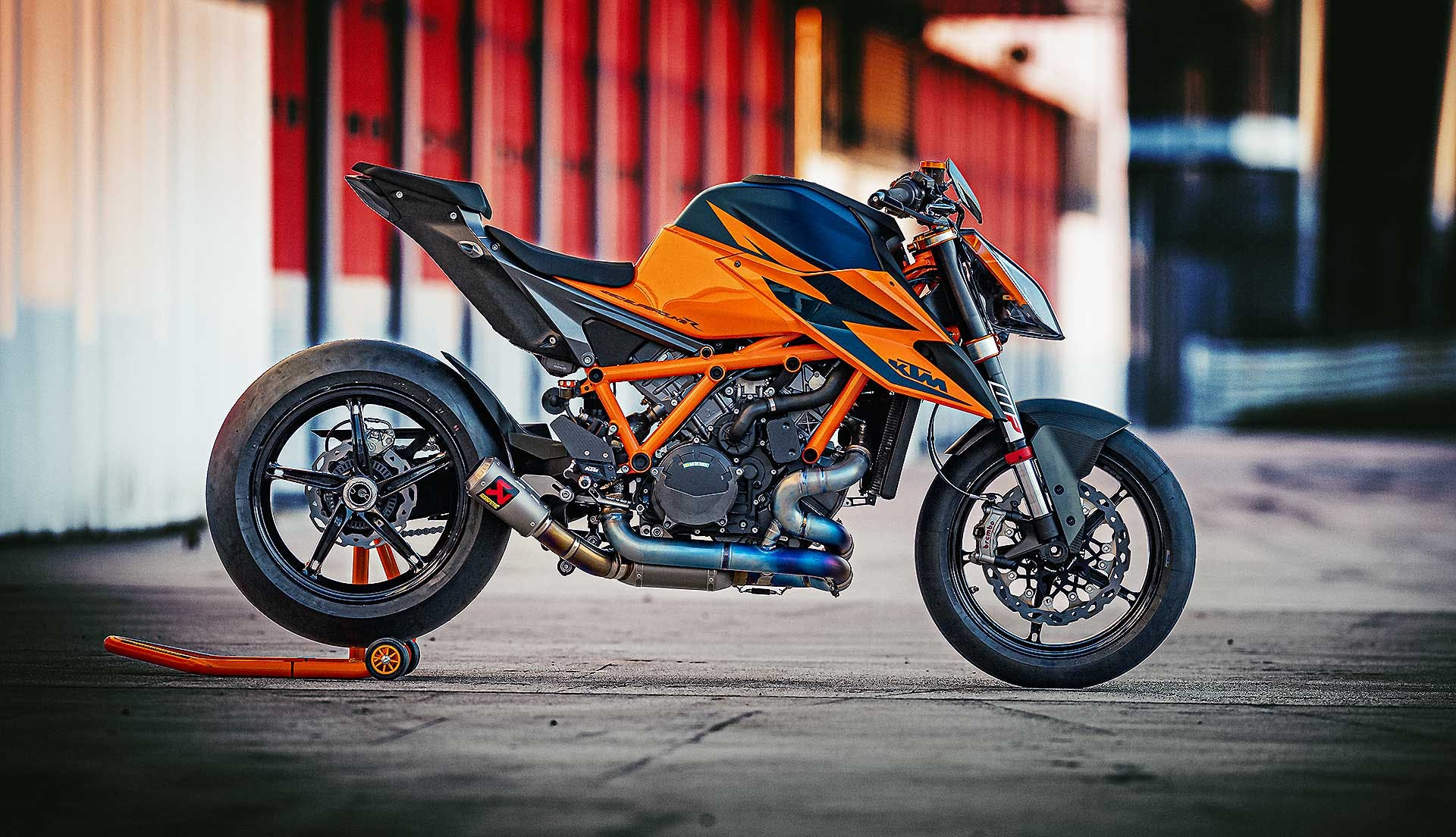 KTM 1290 Super Duke R 2020 con KIT Track scarico Akrapovic
