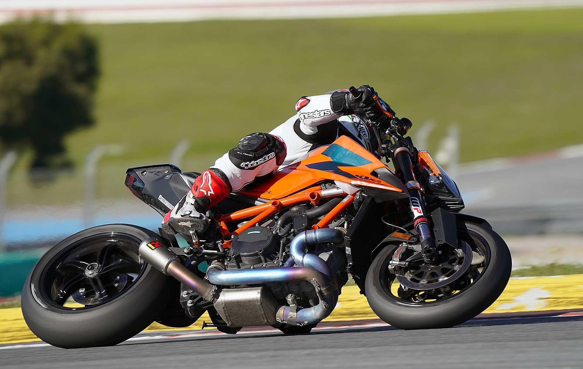 KTM 1290 Super Duke R 2020 azione in pista