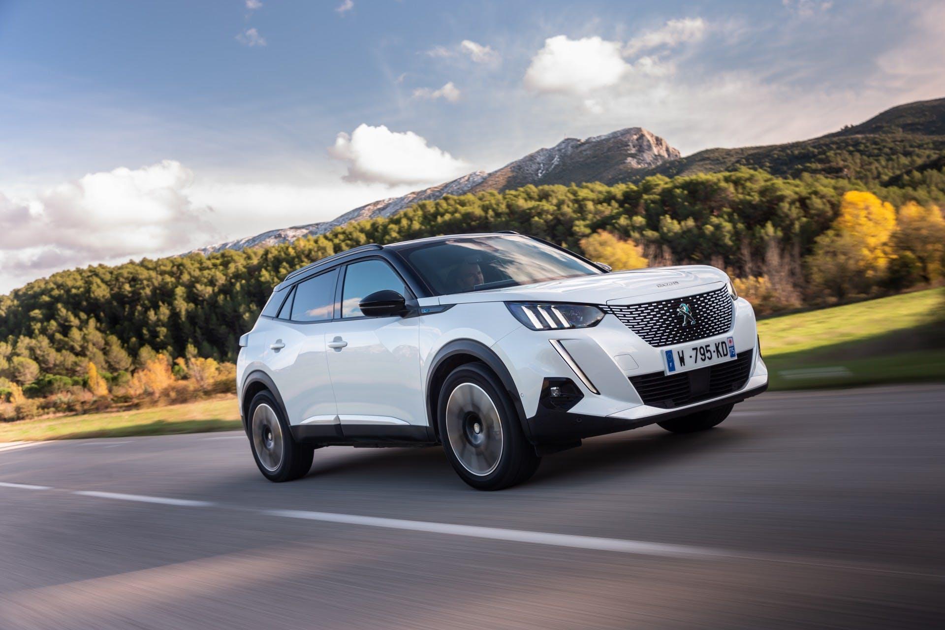 Peugeot gamma elettrificata, e2008 bianca movimento tre quarti anteriore