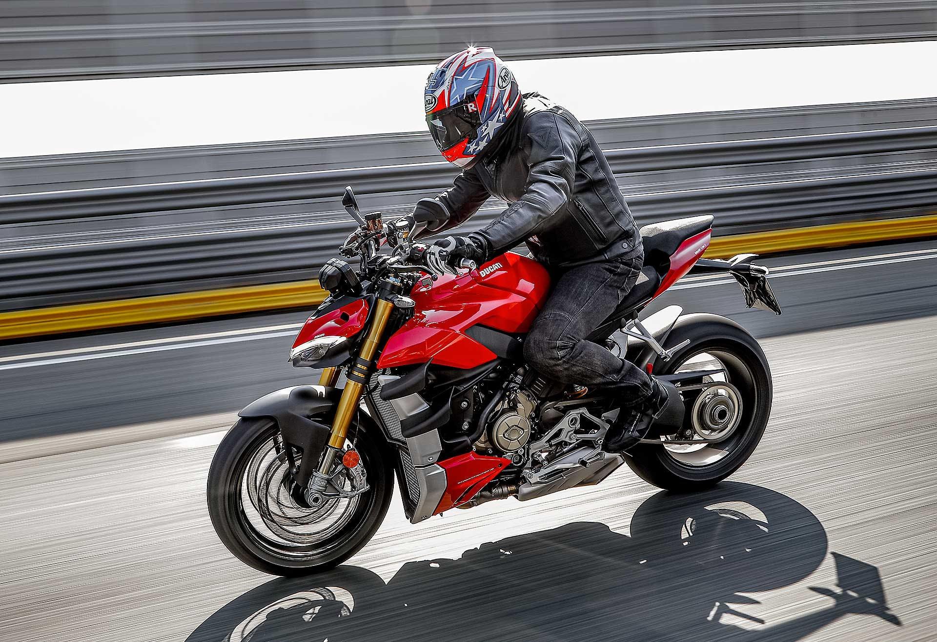 Ducati Streetfighter V4 S rossa, in azione