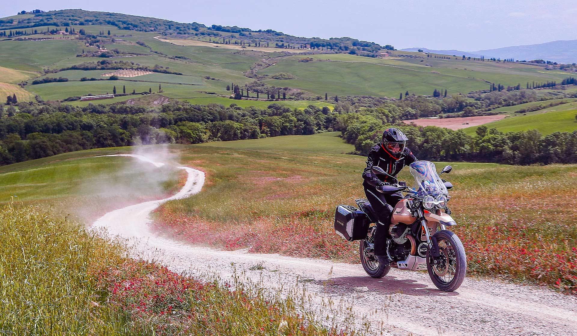 Moto Guzzi V85 TT Travel moto su strade bianche toscane