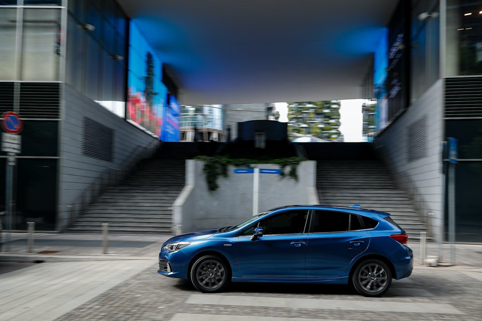 Subaru Impreza ibrida laterale